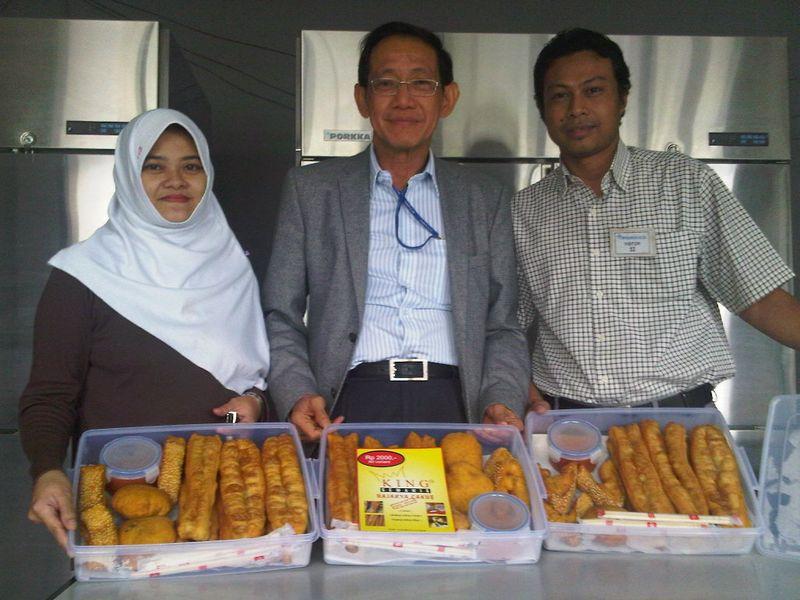 Bersama Windy dan Kurniawan,boss Cakue Facebook !