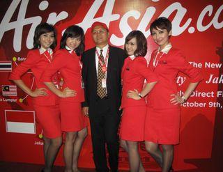 Dharmadi CEO Air Asia Indoesia bersama Pramugari usai Konferensi Pers