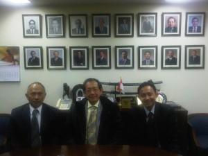 bersama Eddy Sulaeman Yusuf dan Junanto Herdiawan di Kantor Perwakilan BI,Tokyo